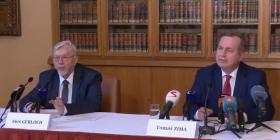 Rektor Univerzity Karlovy na tiskové konferenci uvedl, že prezident porušil nejmenováním profesorů akademické svobody.