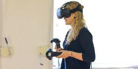 Ve virtuální třídě potřebuje student 3D brýle a speciální ovladače.