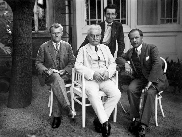 na zahrádce před svým domem se svými žáky, zleva František Rybka, LJ, Mirko Hanák, Břetislav Bakala (stojící), 1925.