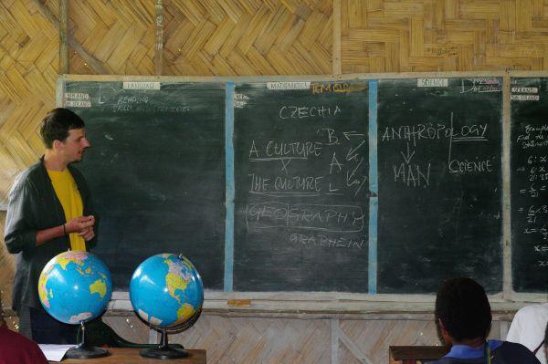 Z přednášky na základní škole ve vesnici Yawan.