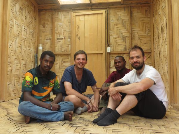 Jan D. Bláha (druhý zleva) akulturní antropolog Martin Soukup (první zprava) sterénními asistenty během výzkumu vroce 2015.