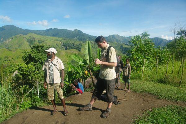 S lídrem komunity při cestě po vesnicích komunity Nungon.