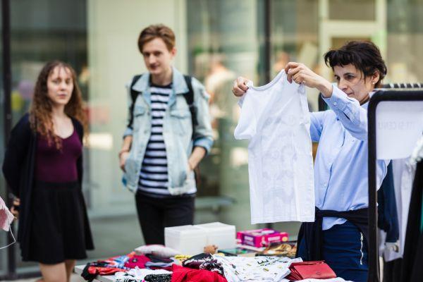 Příkladem projektu společenské odpovědnosti je spolupráce se sociálním podnikem Kolibřík na Fashion Boxech. Vnich studenti vytřídí šaty aty, které už nejsou nositelné, slouží dál jako materiál kšití tašek, látkových sáčků na pečivo apodobně.