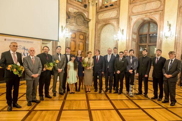 Studenti ivědci si převzali na konci listopadu vSenátu ceny ministerstva školství pro výjimečné osobnosti vědy avýzkumu.