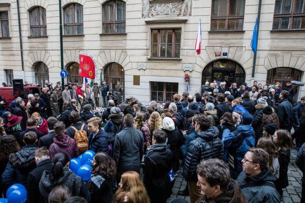 Shromáždění před Hlávkovou kolejí, kde bydlel student medicíny Jan Opletal.