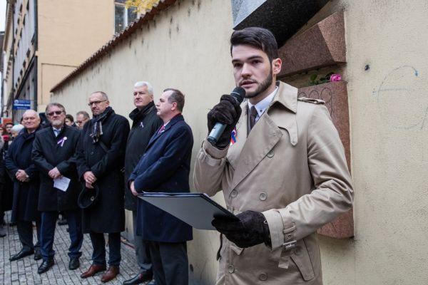 Projev předsedy Studentské komory Rady vysokých škol Michala Zimy vŽitné ulici.