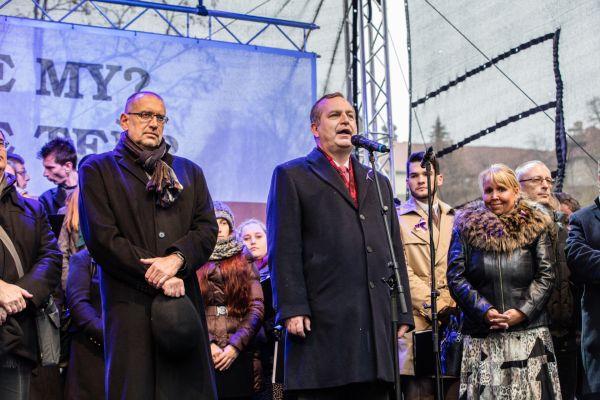Rektor Univerzity Karlovy Zima na Albertově připomněl, že obě listopadová výročí propojuje statečnosti lidí, kteří se nebojí vyjádřit svůj názor, pokud cítí, že demokracie ahumanistické ideály alidská práva jsou ohroženy.