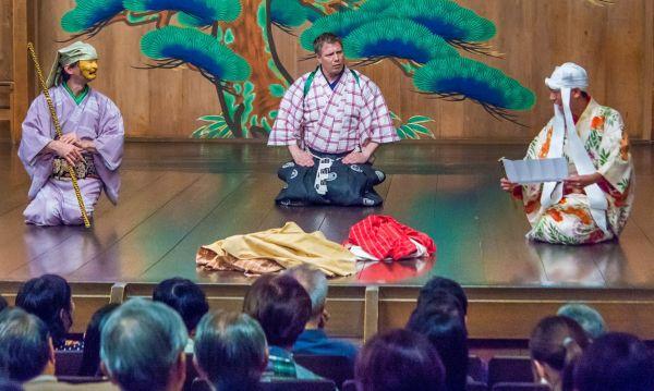 Hra Velké prádlo ve dvojjazyčném provedení. Zprava: Šigejama Motohiko, Igor Dostálek, Michal Chovanec (Tokio, 2016).