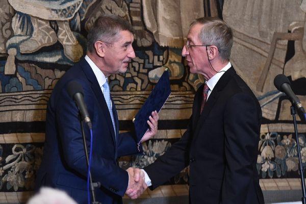 Ocenění Jaroslavu Petrovi, který se dlouhodobě věnuje popularizaci vědy, předal premiér azároveň předseda vládní Rady pro výzkum, vývoj ainovace Andrej Babiš na slavnostním zasedání vHrzánském paláci 29. října.