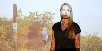 Lea Petříková je vizuální umělkyně a filmařka. Její snímek Podle čaroděje má českou premiéru ve čtvrtek na MFDF JI.hlava (letos se festival koná online). Fotografie je naopak z nedávné výstavy Ley Petříkové Správci Paláce vidění.