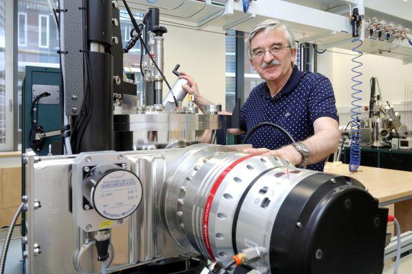Ve fyzice nemá jednotlivec šanci, říká průkopník takzvaných chytrých oken, Jaroslav Vlček ze Západočeské univerzity.