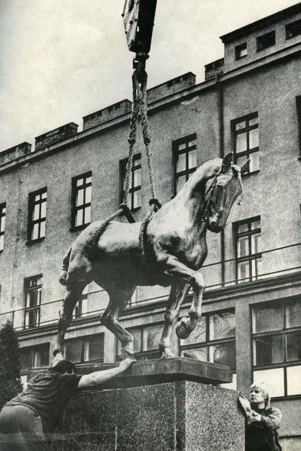 "Installation of the bronze sculpture of a horse ""Ardo"" in front of the Ceremony Hall of the VFU Brno in 1978. ""Hannover stallion Ardo without St. Wenceslas"" by the academic sculptor J. V. Myslbek became a symbol of the school representing veterinary education, veterinary science and veterinary practice. Photo: VFU Archive"
