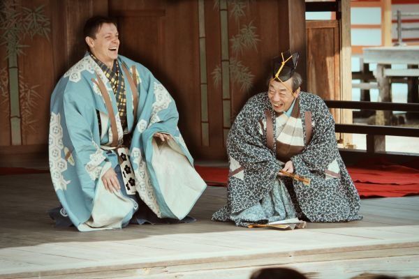 Smějící se Ondřej Hýbl smistrem Šigejamou vpředstavení Lišky zostrova Sado (svatyně Icukušima, 2011).