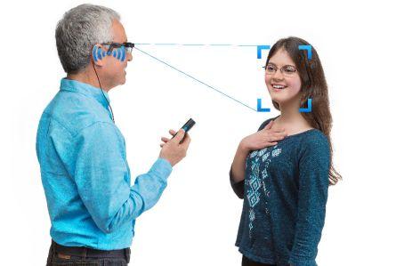 Orcam je technologická firma zJeruzaléma, která vytváří chytré brýle pro seniory, nevidomé aslabozraké. Brýle rozeznají lidský obličej ipísmo. Díky speciálnímu softwaru dokáží majiteli sdělit, kdo vešel do místnosti, co je napsáno na obalu výrobku nebo přečtou text vnovinách.