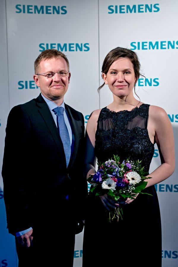 Cenu za nejlepší disertační práci získala Kateřina Holá zUniverzity Palackého. Věnovala se vní funkčním skupinám uhlíkových nanomateriálů. Na fotografii svedoucím práce Radkem Zbořilem.