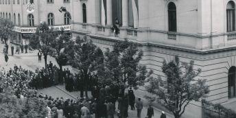 Slavnostní zahájení výuky se odehrálo 1. října 1947 před budovou někdejší Janáčkovy varhanické školy, za níž v zahradním domečku patron nové akademie až do své smrti v roce 1928 bydlel.