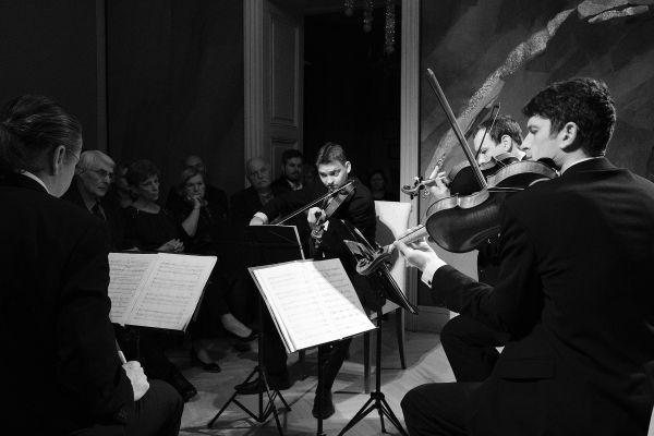 Provedení Songs of Immigrants Bennewitzovým kvartetem vpamátníku Antonína Dvořáka ve Vysokém uPříbrami.