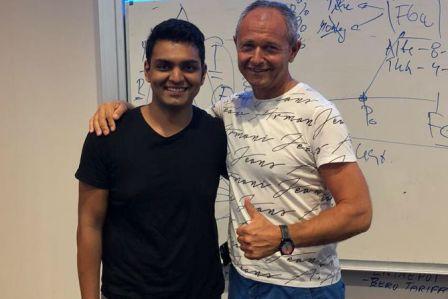 Suraj Shetty (vpravo) sJanem Mühlfeitem (absolvent ČVUT abývalý prezident pro Evropu, Microsoft Corporation).