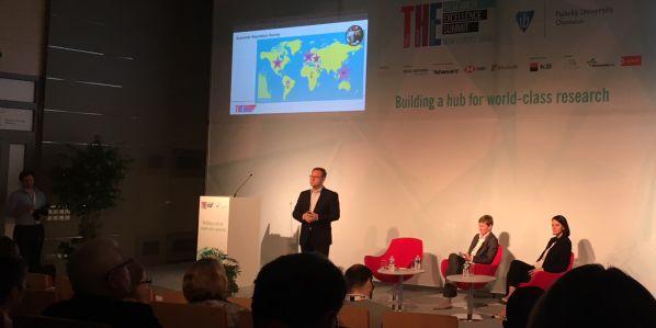 Editor žebříčků Phil Baty představuje výsledky na globálním summitu vOlomouci.