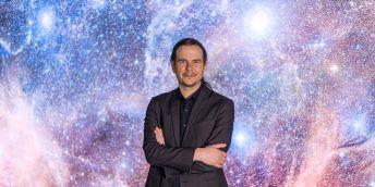 """V dokumentu Cosmos se jako dítě poprvé doslechl o tom, že hvězdy jsou seskupené v galaxiích, které nejsou rovnoměrně rozložené, ale vytváří jakousi pavučinovitou strukturu. """"Už v šesté třídě na základní škole jsem si řekl, že se tomu chci věnovat,"""" popisuje astrofyzik Norbert Werner."""