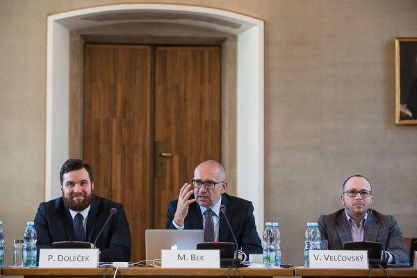 Priroritou pro rok 2018 idalší roky je zajištění systémového adlouhodobě udržitelného financování českých vysokých škol, vědecké práce avýuky, uvedl na setkání místopředseda ČKR Mikuláš Bek.