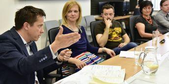 Diskuze k tématu společenské odpovědnosti univerzit. Na snímku zleva: Michal Veselý (JIC), Marta Valešová (MUNI), Vojtěch Kundrát (MUNI, VUT), Anna Putnová (VUT), Filip Kouřil (Mendelu).