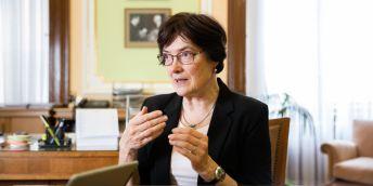 Předsedkyně AV Eva Zažímalová souhlasí například s návrhem zavést dotaci, která rodinám vědců s malými dětmi přispěje na hlídání, aby se rodiče mohli dříve vrátit ke své profesi.