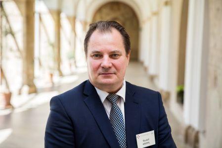 Slovenská rektorská konference požadovala, aby se každoročně navyšovaly veřejné zdroje plynoucí do vysokého školství o60 milionů eur, ato bez valorizace mezd asociální podpory studentů, uvedl předseda Slovenské konference rektorů Rudolf Kropil.