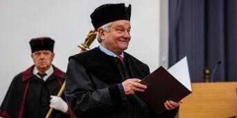Paul Nurse při přebírání čestného titulu na Mendelově univerzitě v Brně.