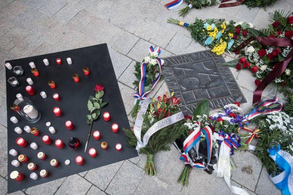 Pamětní dlaždice byla odhalena na nádvoří Karolina, vmístě, kde stála vroce 1969 rakev sostatky Jana Palacha.