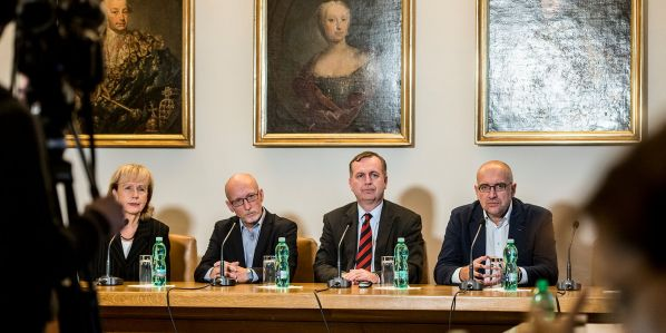 Zástupci České konference rektorů (zprava Mikuláš Bek, Tomáš Zima aJan Hančil) oznámili na tiskové konferenci pozastavení protestů.