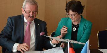 Prezident Fraunhoferovy společnosti Reimund Neugebauer podepsal s předsedkyní Akademie věd Evou Zažímalovou a zástupci Rady vlády pro výzkum, vývoj a inovace memorandum o spolupráci.