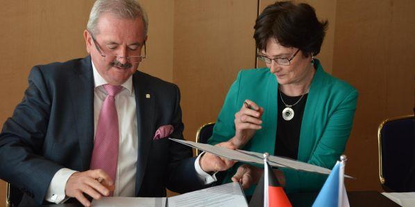Prezident Fraunhoferovy společnosti Reimund Neugebauer podepsal spředsedkyní Akademie věd Evou Zažímalovou azástupci Rady vlády pro výzkum, vývoj ainovace memorandum ospolupráci.