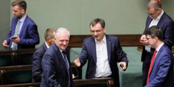 Zákon byl schválen. Neskrývaná radost místopředsedy vlády a ministra Jaroslawa Gowina (vlevo) a jeho spolupracovníků po závěrečném hlasování v Sejmu. Varšava, 3. 7. 2018.