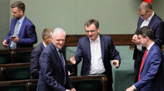 Zákon byl schválen. Neskrývaná radost místopředsedy vlády aministra Jaroslawa Gowina (vlevo) ajeho spolupracovníků po závěrečném hlasování vSejmu. Varšava, 3. 7. 2018.