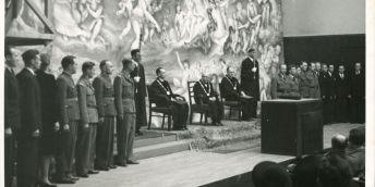 Změny se nedotkly jen maturit, ale i promocí: Brněnská promoční fotografie z Masarykovy univerzity z léta 1945 zaujme tím, že většina doktorandů je ve vojenském.
