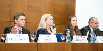 Záběry z loňské konference o novele ZVŠ.