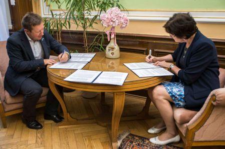 Rektor Univerzity Palackého Jaroslav Miller apředsedkyně Akademie věd Eva Zažímalová při podpisu dohody vPraze.