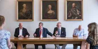 Rektoři při podpisu charty asociace, zleva: Vojtěch Petráček (ČVUT), Tomáš Zima (UK), Mikuláš Bek (MUNI), Karel Melzoch (VŠCHT). Foto: René Volfík
