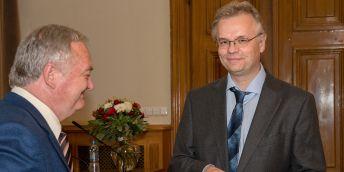 Jeden z nových členů Petr Klán při předávání diplomů členství Učené společnosti.