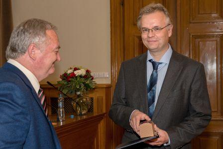 Jeden znových členů Petr Klán při předávání diplomů členství Učené společnosti.