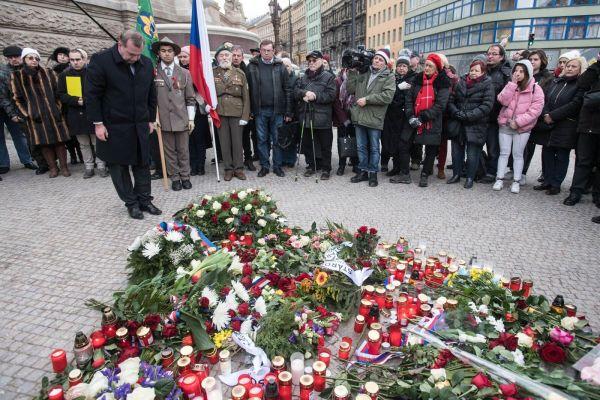 Rektor Univerzity Karlovy Tomáš Zima položil kytici na Václavské náměstí. Obhajoba pravdy, morálky aspravedlnosti, tedy hodnot, za které Palach obětoval svůj život, je aktuální idnes,uvedl.