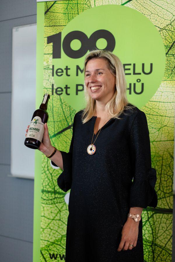 Rektorka Danuše Nerudová představuje výroční univerzitní pivo Ležák 1919.