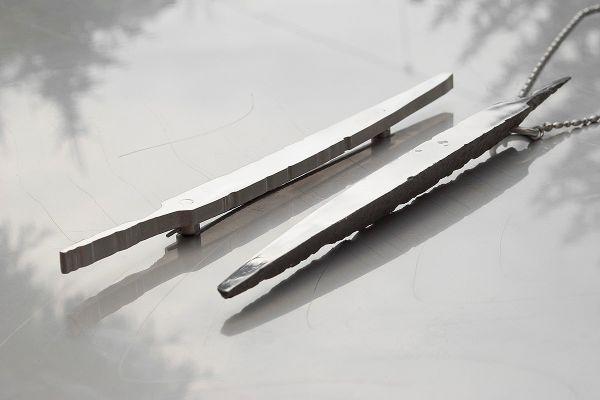 Pilník – brož anáhrdelník. Autor dle svých slov využití zdánlivě nepotřebných nalezených či získaných železných artefaktů. Původní artefakt zůstává zachován nejenom vpodobě nerezového otisku, ale také jako samostatný šperk či objekt.