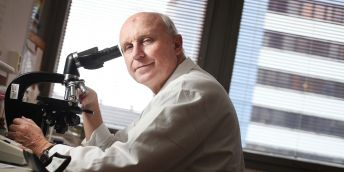 """""""Dělat špičkovou akademickou medicínu znamená věnovat tomu významnou část svého života, nejen pracovní dobu; od do se dá dělat dobrá medicína, ale nedá se tak dělat ta špičková, říká Jan Starý."""