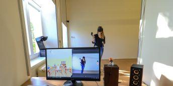 Ve virtuální třídě potřebuje student 3D brýle a speciální ovladače. Pomocí počítače ovládá učitel chování žáků ve virtuální třídě. V jiné části třídy sledují kolegův výkon spolužáci a vyučující.