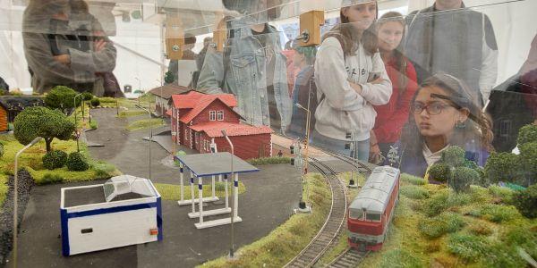 Smart Train, model vláčku Fakulty aplikovaných věd, který lze řídit myšlenkami.
